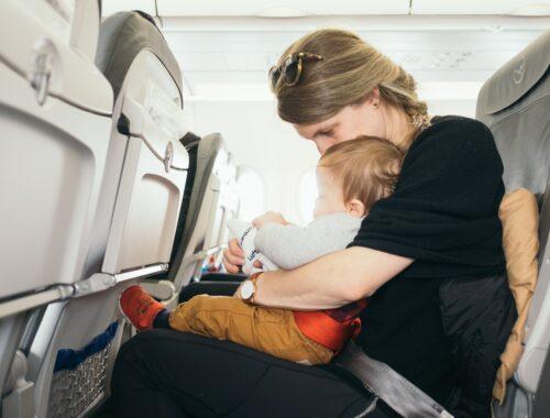 Baby in het vliegtuig