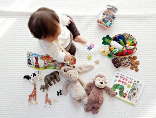 speelgoed voor een baby in het eerste jaar