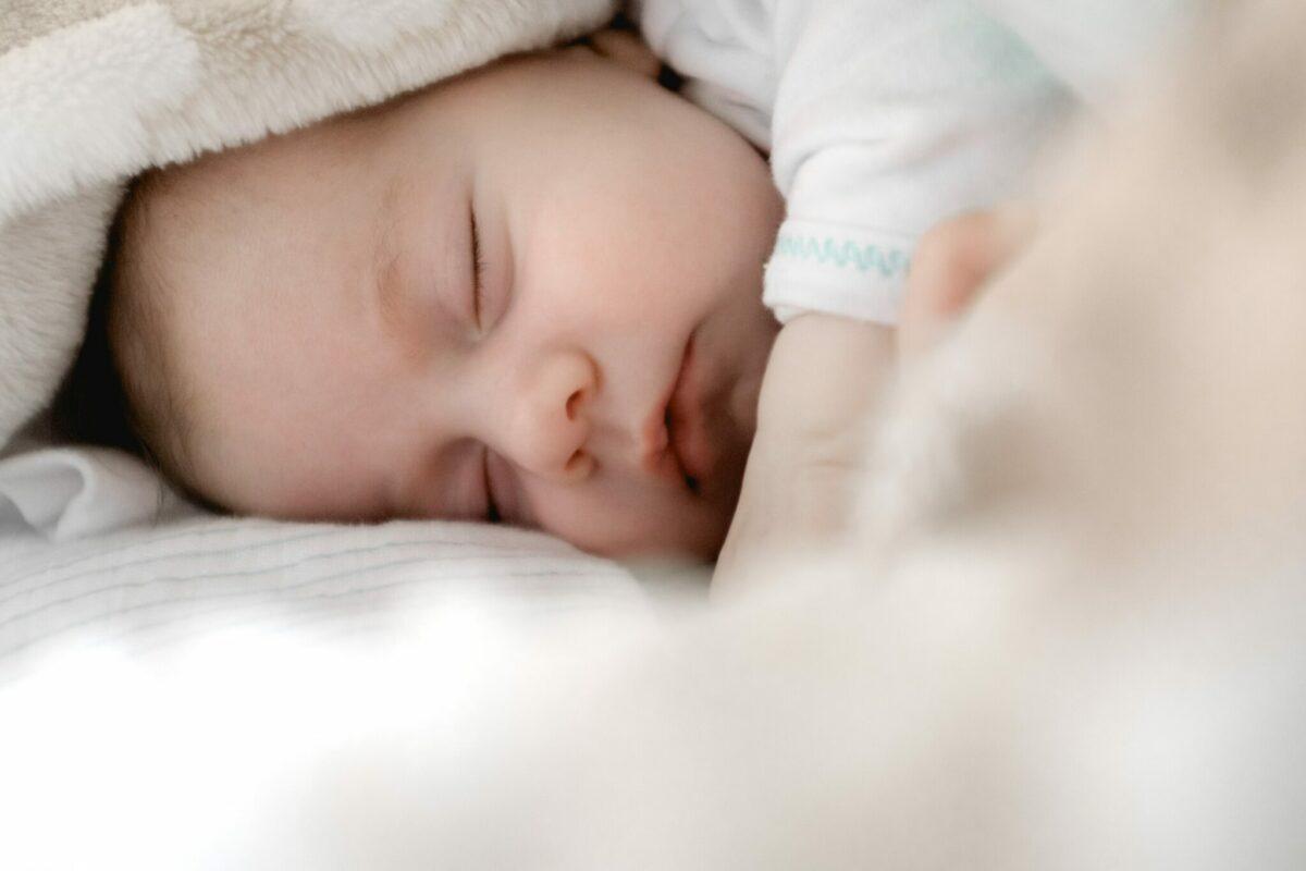 baby wakker maken of laten slapen