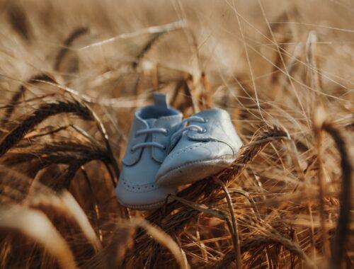 Waar moet je aan denken als je baby schoenen nodig heeft? Wat is handig en wat niet? Hier een aantal tips voor de eerste schoenen voor je baby.
