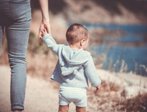 wanneer gaat een baby lopen